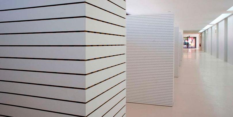 Paneles acústicos madera pasillo